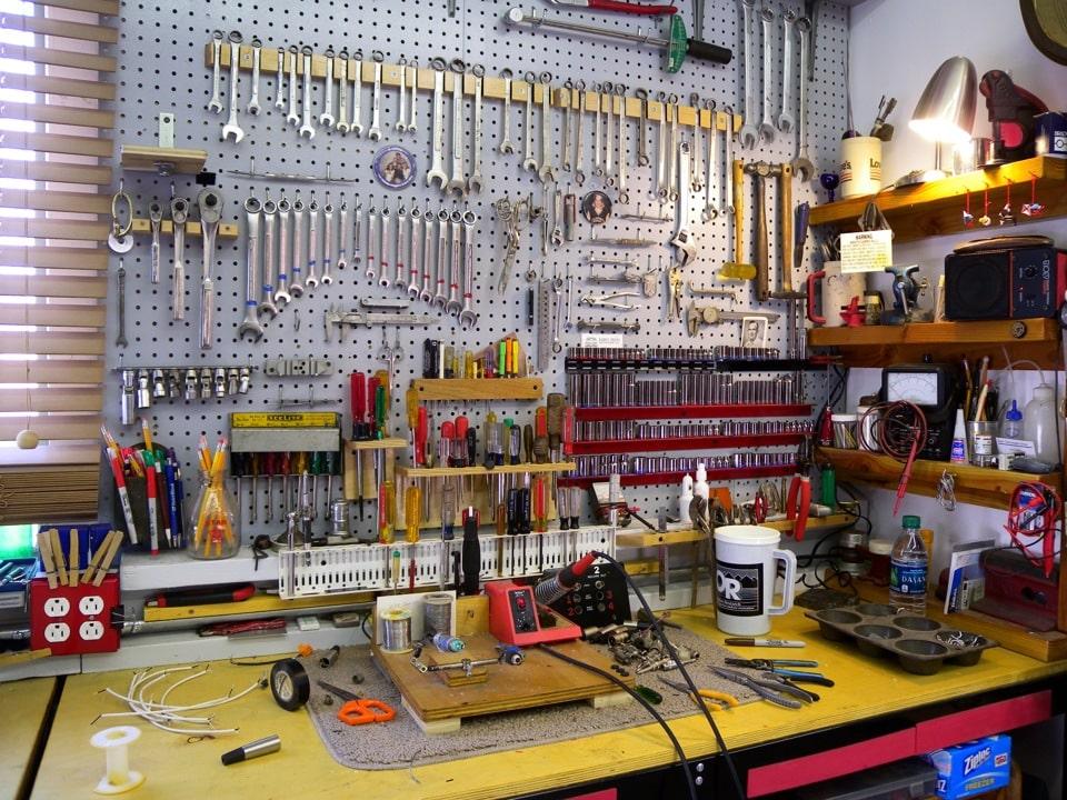 Полочки для инструментов в гараже своими руками 54