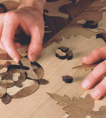 Укладка отдельных элементов художественного паркета кропотливее, однако качество его рисунка выше, чем у щитового