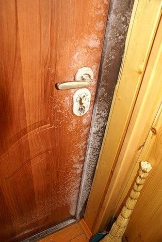 Одной из причин скрипа двери может быть чрезмерная или недостаточная влажность в помещении