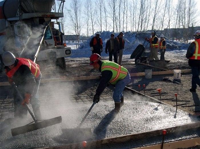 В зимнее время от бетонирования лучше отказаться, либо прибегать к специальному оборудованию или добавкам в раствор.