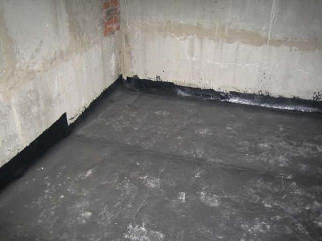 На днище погреба стелят полотна рубероида в два перпендикулярных друг другу слоя. Полотнища должны лежать внахлёст в 10 см между собой и примерно с такими же нахлёстом на стены погреба.