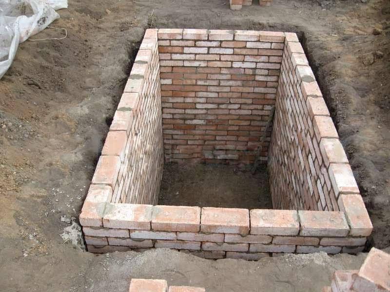 Для кладки кирпичных стены в погребе используют красный кирпич. Между стеной и обваловкой должен быть зазор для глиняного замка – слоя уплотненной глины, уложенной по контору подземной части стены .