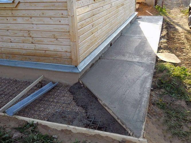 Укладка бетонной смеси под отмостку