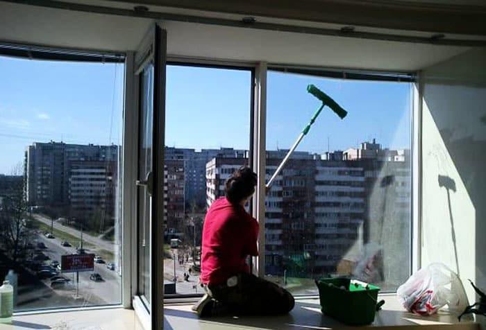Мытьё окна стяжкой на длинной ручке