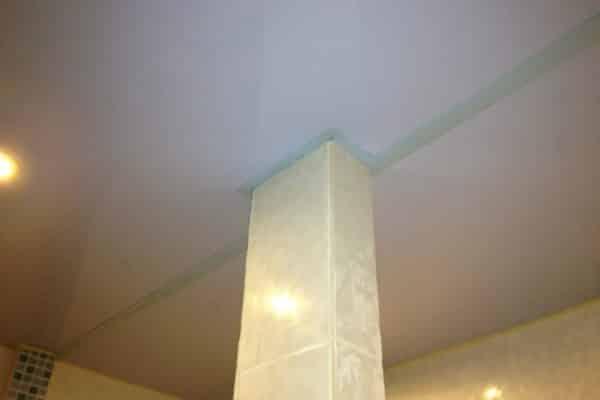 Обводка колонны при помощи стыка двух полотнищ