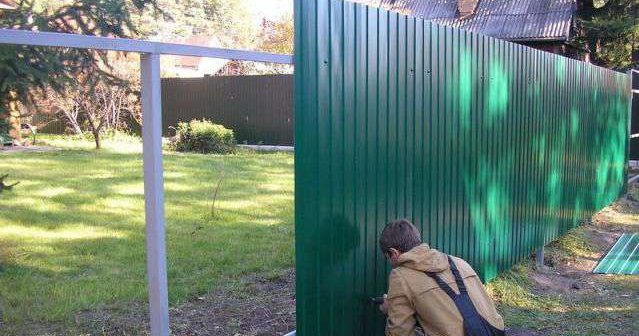 Забор из профнастила своими руками | Монтаж забора из профнастила