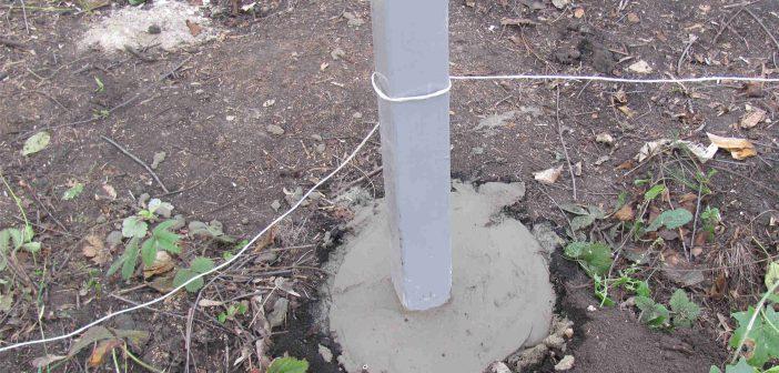 Установка и бетонирование столба