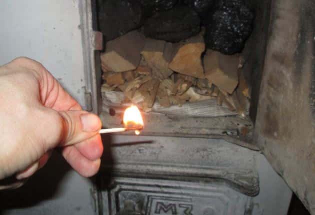 Топить печь стоит только лучиной, сухими щепками, березовой корой и бумагой. Нельзя применять керосин и бензин!