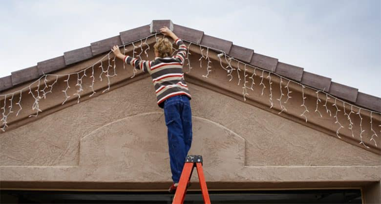 Установка гирлянды на крыше