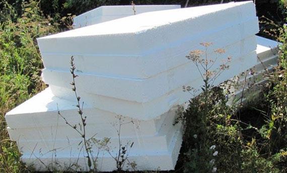 Для утепления почвы можно уложить плиты полистирола на землю, закрепив и прижав их в некоторых местах камнями или кирпичами