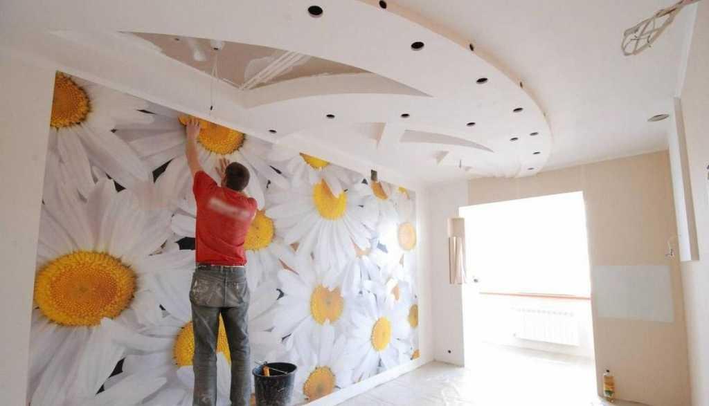Что делают сначала: обои или натяжной потолок