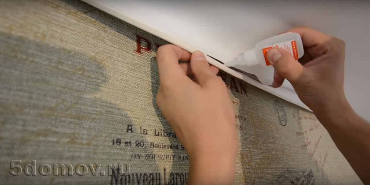 Нанесение бесцветного клея на гарпун для наклеивания натяжного потолка