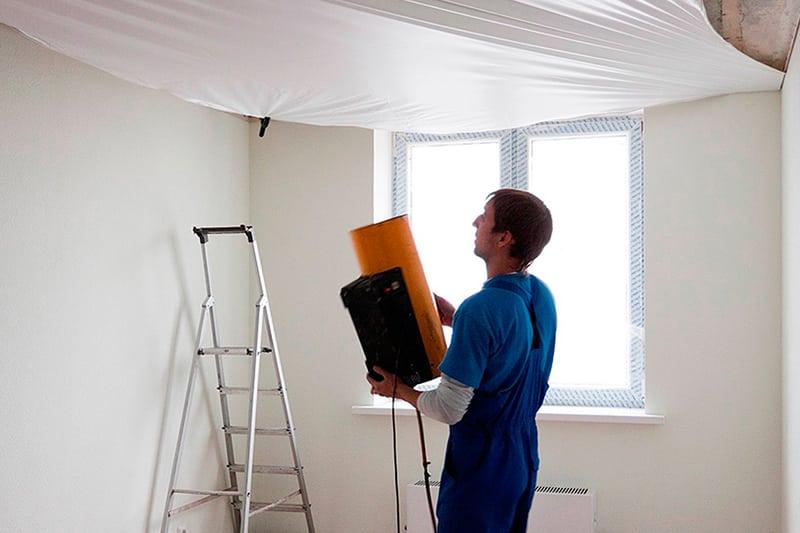 Нагрев натяжного потолка может ухудшить клеевые способности обоев