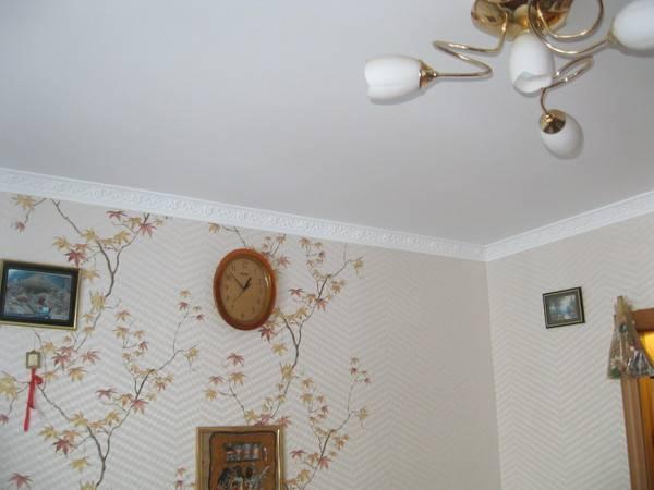 На фото сначала были наклеены обои, а потом сделан натяжной потолок