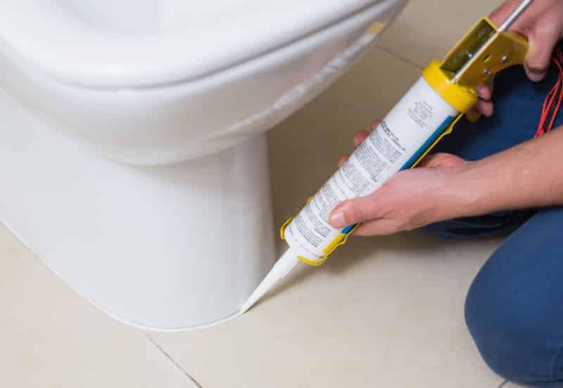 Затирка швов силиконовым герметиком рекомендуется в местах пролегания плитки с унитазом, ванной и т.п.