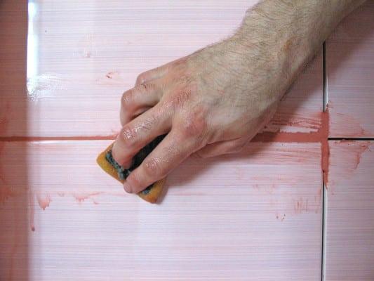 После затирки швов плитку протирают влажной губкой