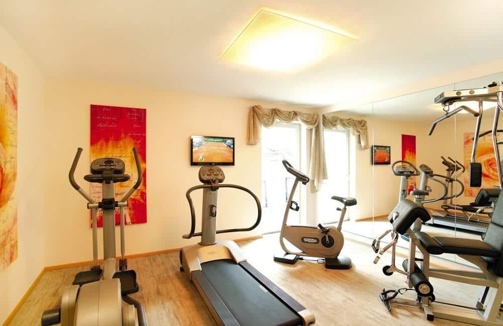 В помещении со спортзалом должна быть хорошая вентиляция, желательно, чтобы в нем было открывающееся окно