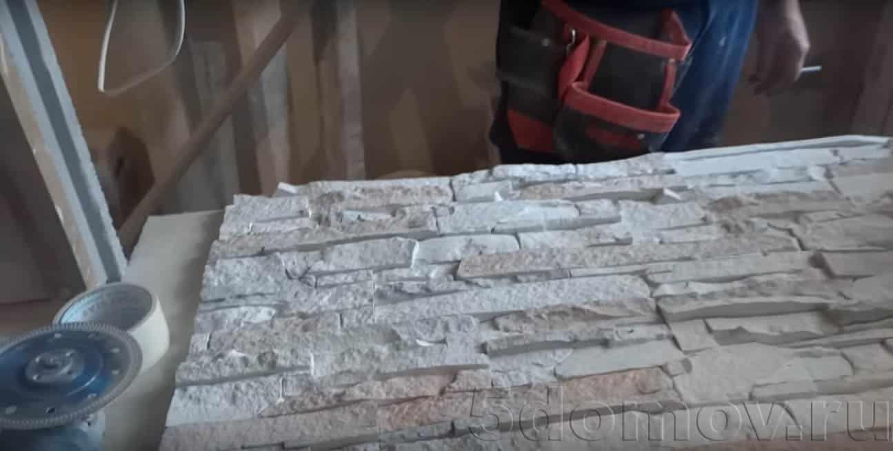 Перед началом облицовки рекомендуется разложить камень на столе так, как она будет уложена на стену