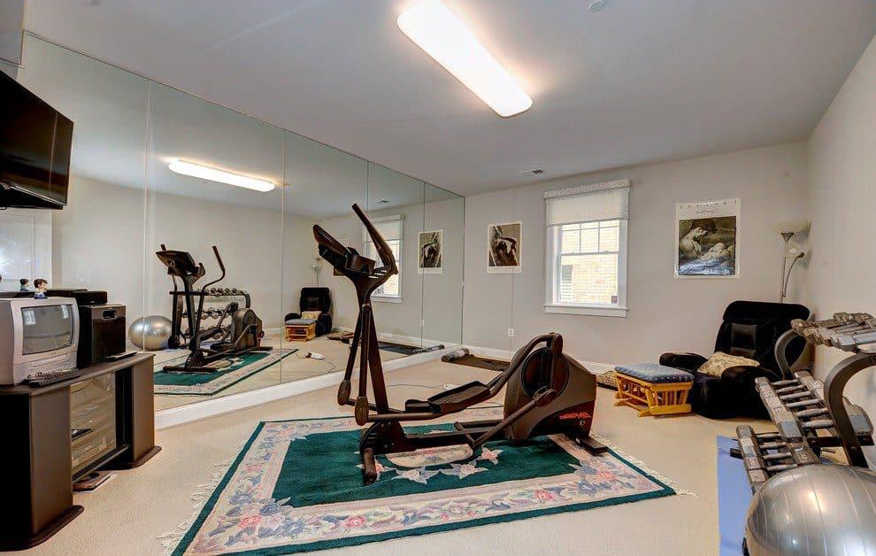 Для занятий гимнастикой, фитнесом и танцами в спортзале могут потребоваться зеркала во весь рост