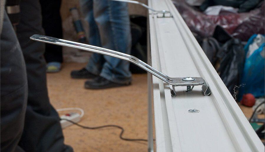 Анкерные пластины, установленные на оконную раму