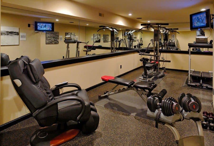 Для спортзала рекомендутся выбирать влагопоглащающие отделочные материалы, которые при этом будут устойчивы к вибрации