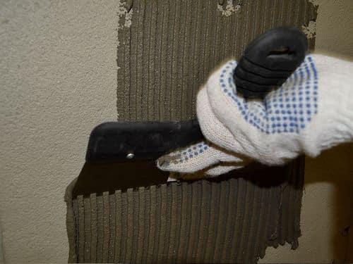 Гребенка необходима для нанесения клея на поверхность стены