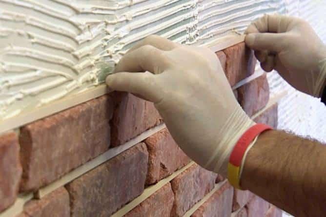 Для выравнивания рядов при кладке камней с расшивкой, в швы вставляются специальные прокладки. После укладки плиток и высыхания клея их необходимо аккуратно вытащить