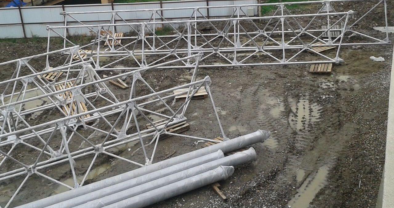 Для укрепления металлических лаг можно использовать фермы из труб