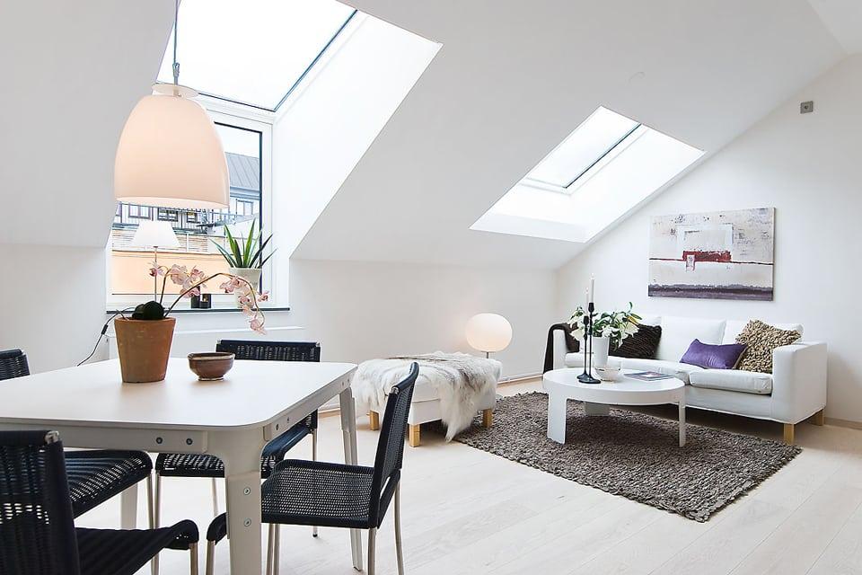 Благодаря специальным окнам и их размещению, в мансарду может поступать гораздо больше света, чем на простой этаж