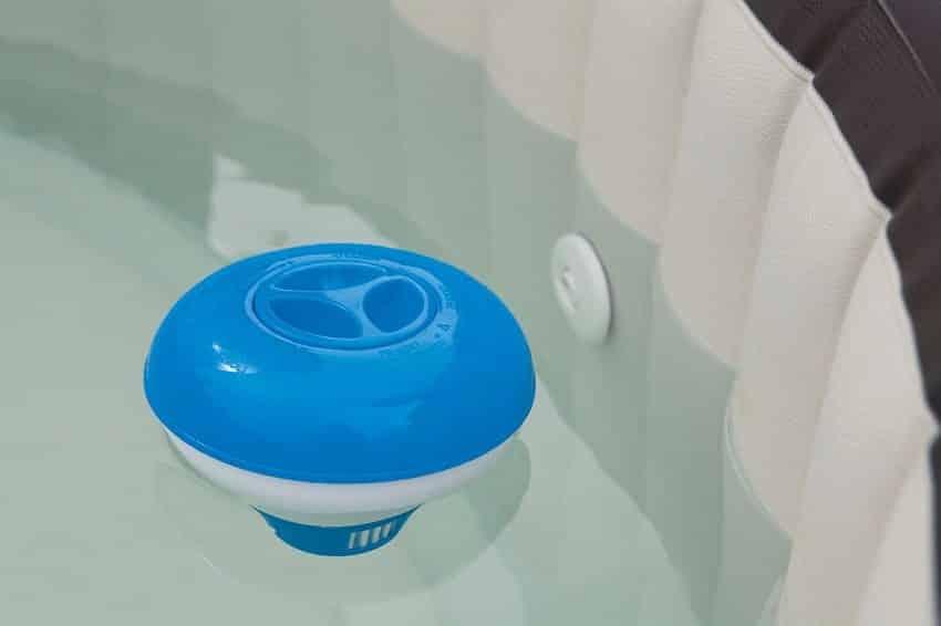 Поплавок-дозатор с таблеткой-коагулянтом внутри в бассейне
