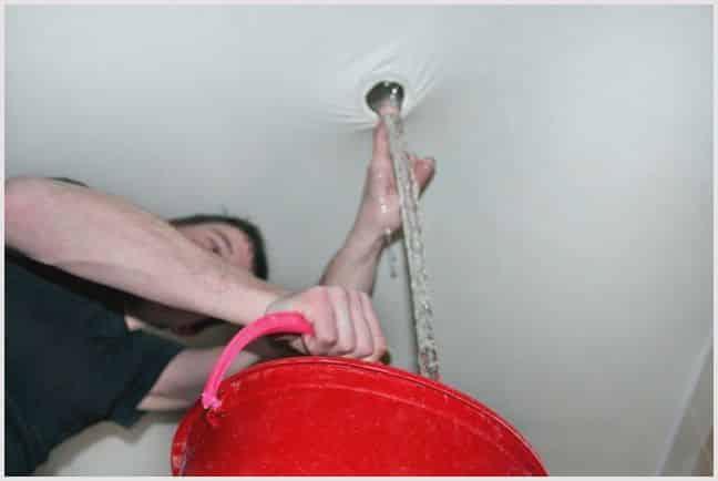 Слив воды, если она находится рядом со светильником | Слив воды с натяжного потолка: как убрать воду самостоятельно