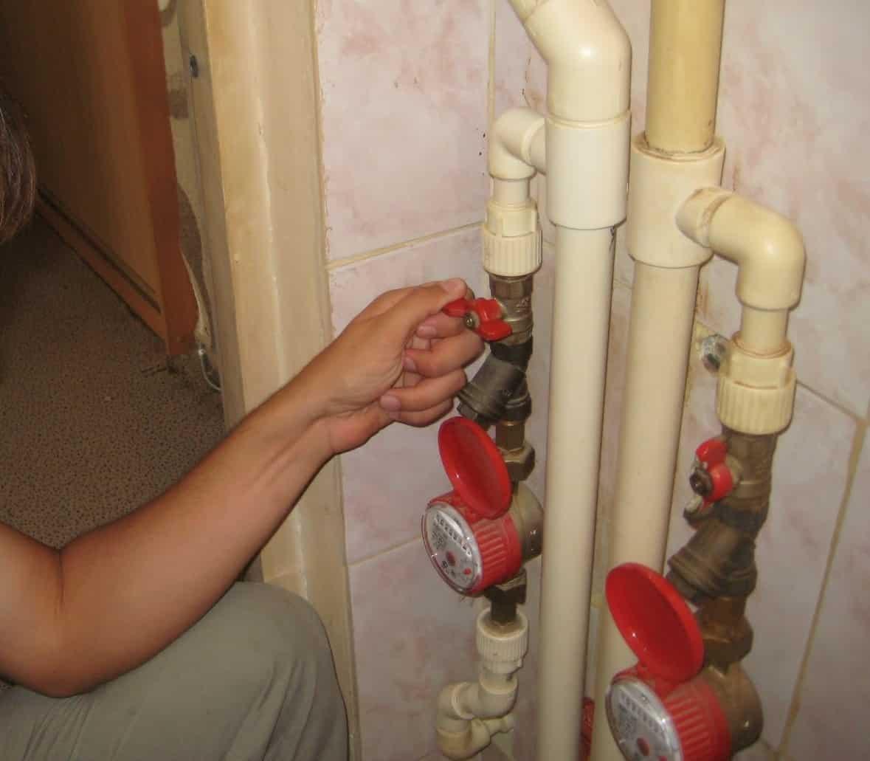 Первоочередные действия | Слив воды с натяжного потолка: как убрать воду самостоятельно