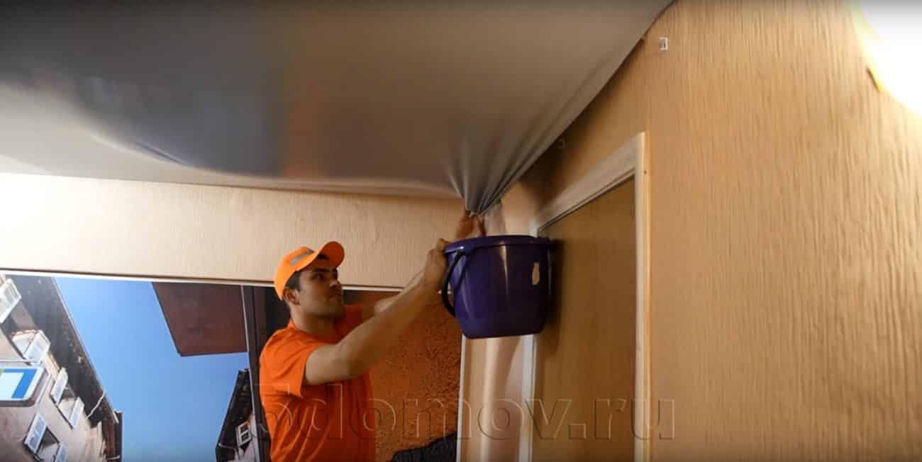 Слив воды, если светильники отсутствуют или далеко | Слив воды с натяжного потолка: как убрать воду самостоятельно