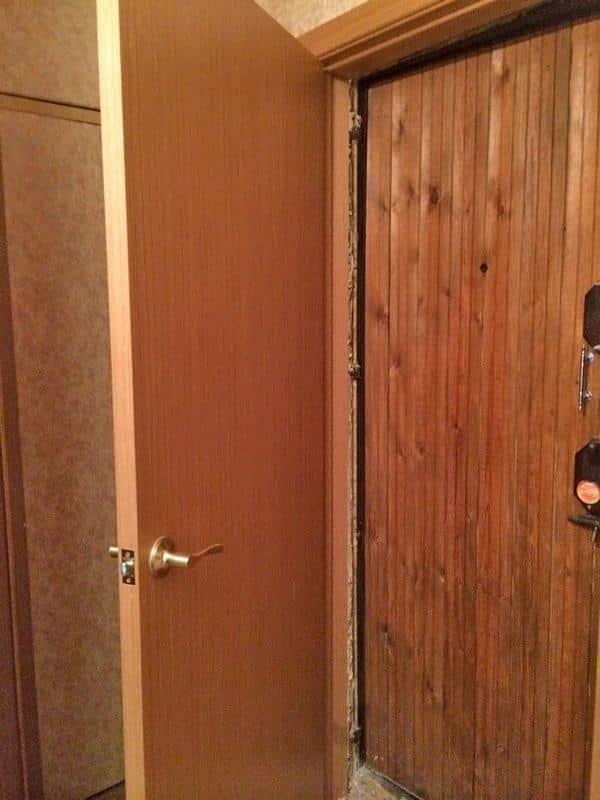 Установка второй входной двери | Чем и как заделать щель в двери