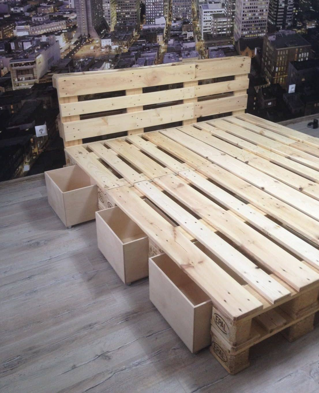 Кровать из поддонов с ящиками для хранения вещей