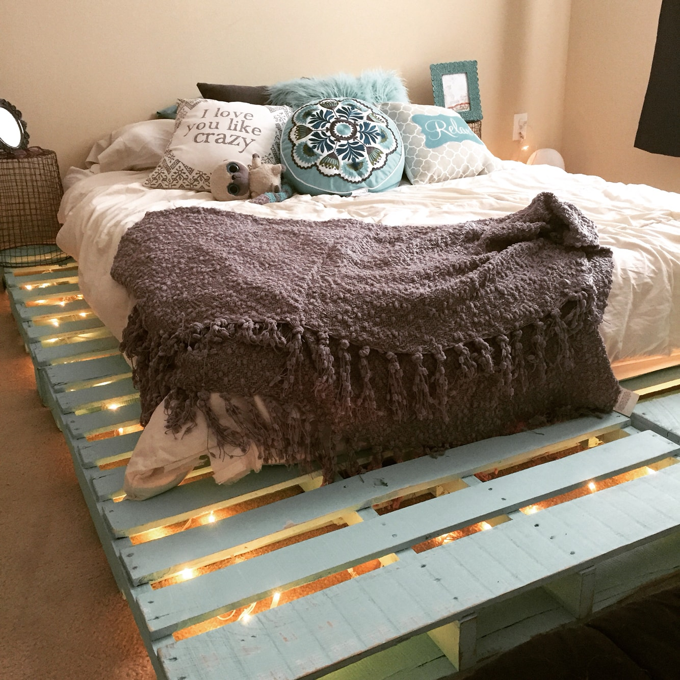 Как правильно подобрать матрас для кровати из поддонов