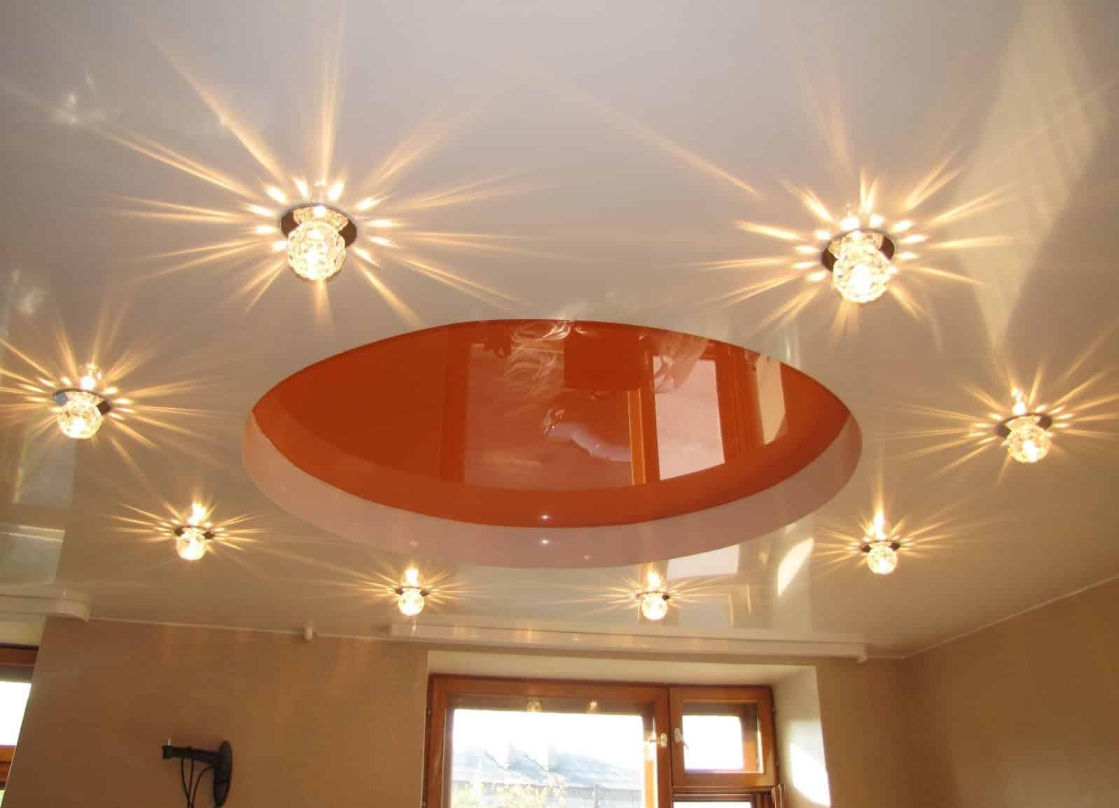 Использование декоративных элементов и освещения