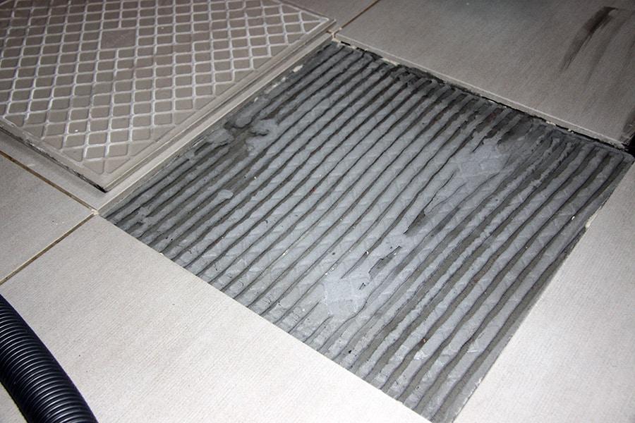 Отошла плитка на полу, что делать