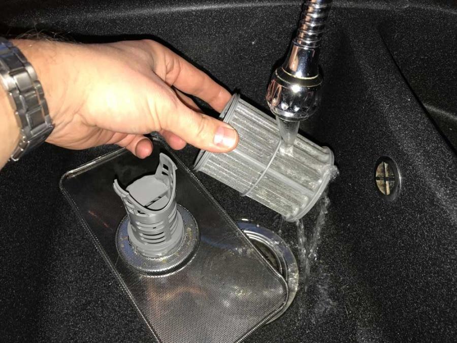 Как слить воду из посудомоечной машины, если забит мусорный фильтр