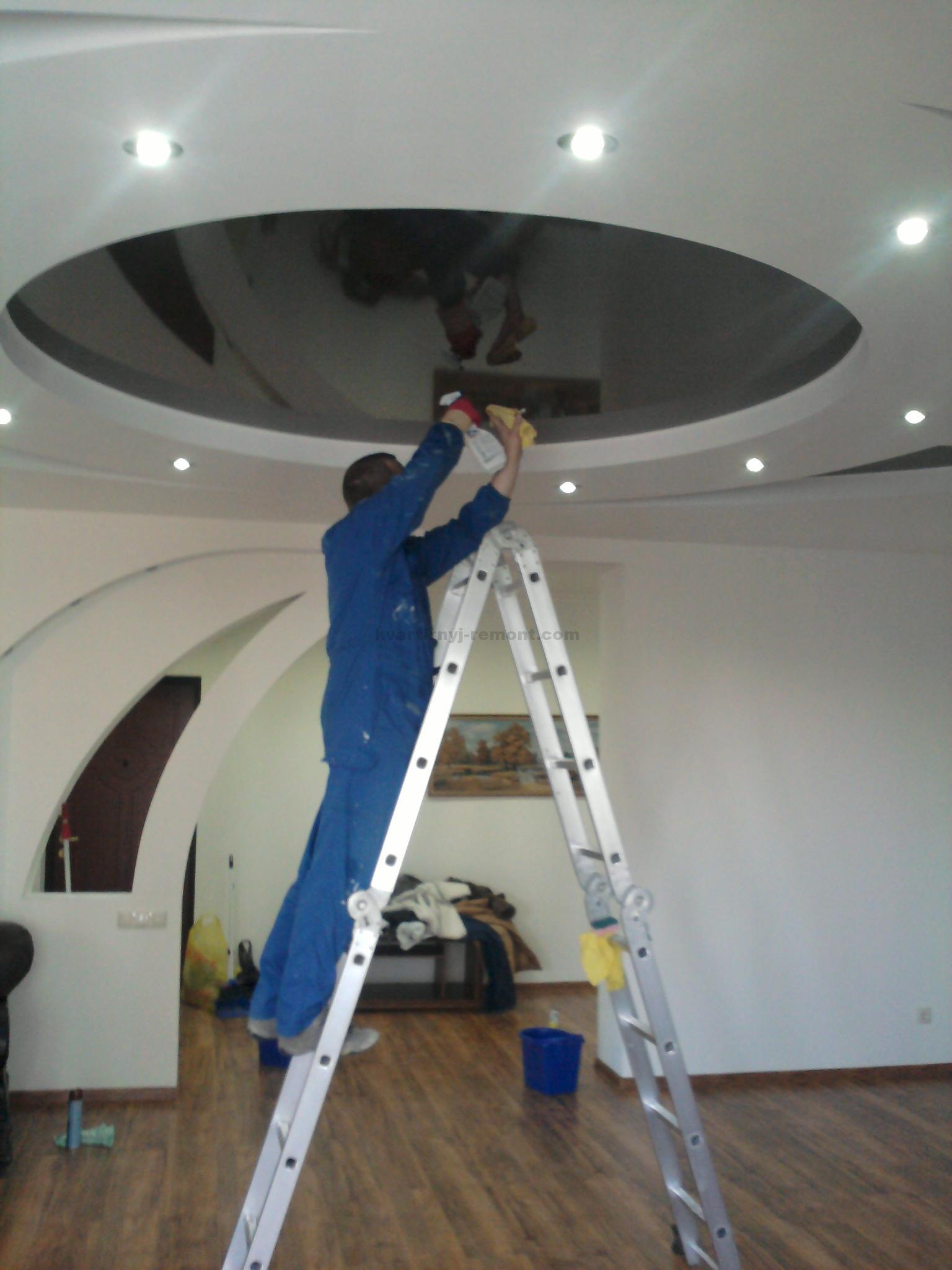 Подготовка к мытью потолков | Как помыть глянцевый натяжной потолок без разводов в домашних условиях