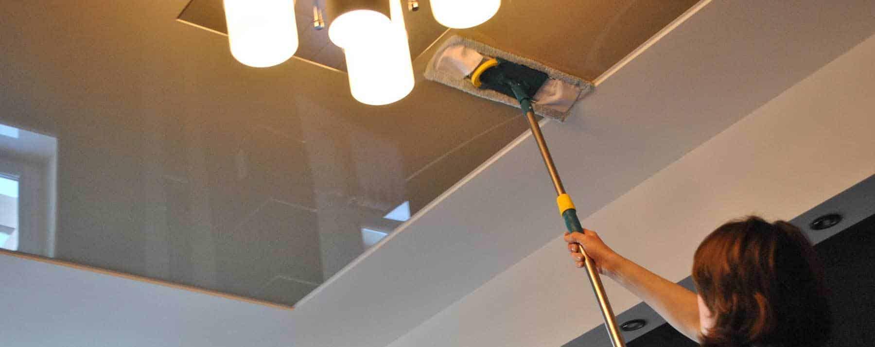 Как помыть глянцевый натяжной потолок без разводов