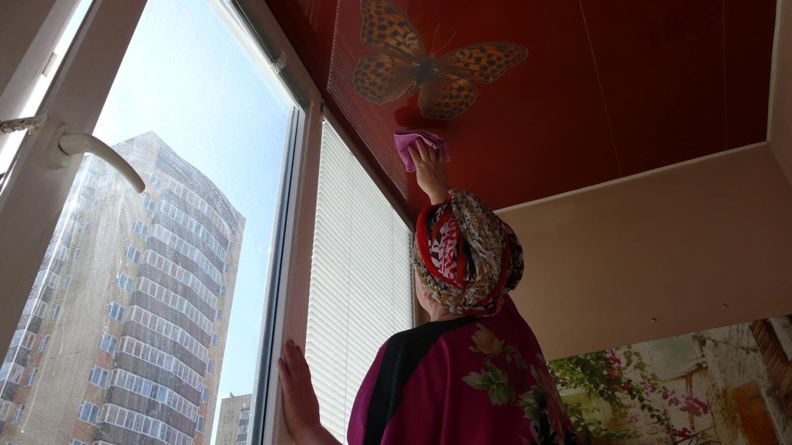 Что можно использовать | Как помыть глянцевый натяжной потолок без разводов в домашних условиях