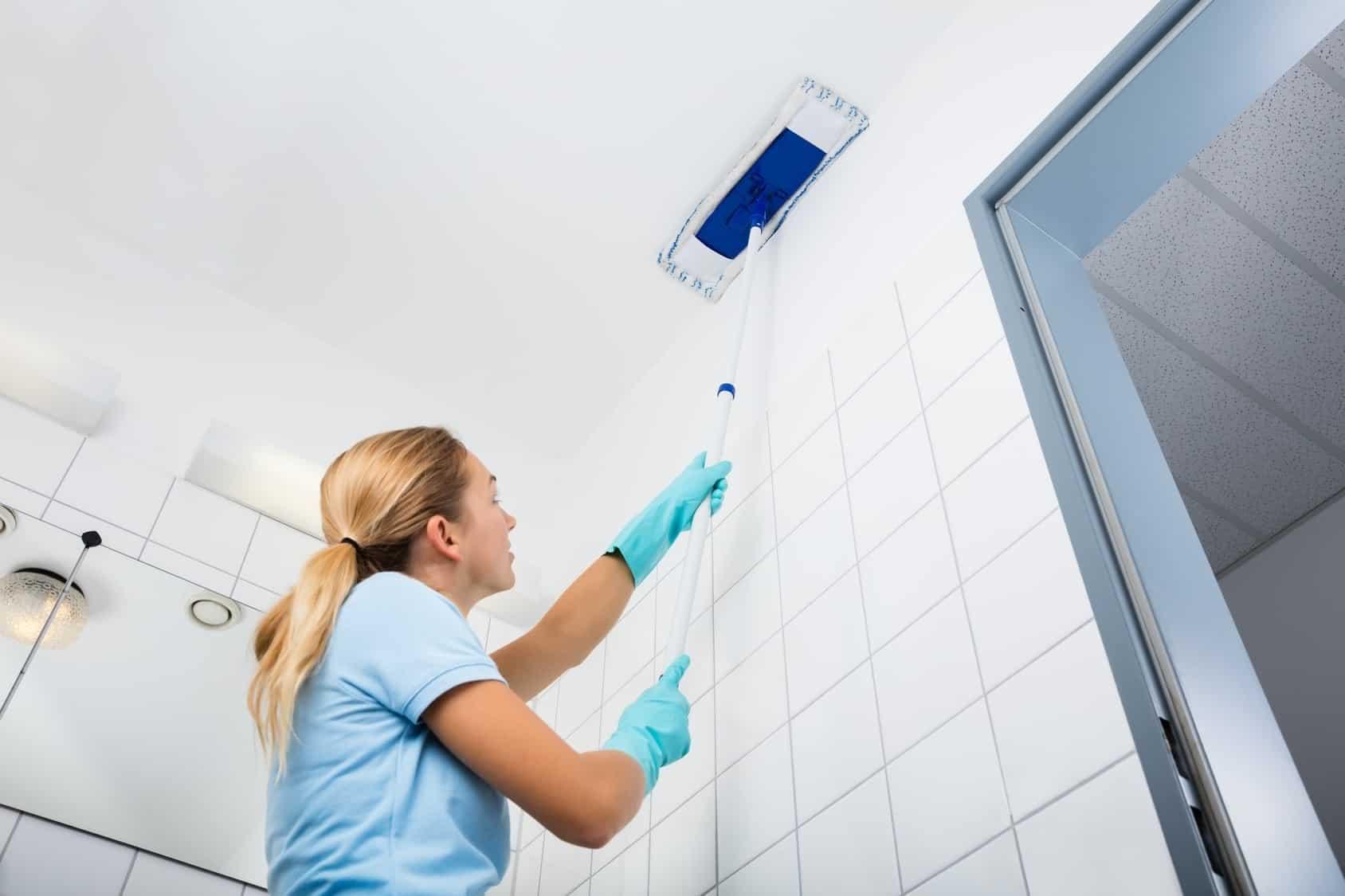 Как часто мыть натяжные потолки | Как помыть глянцевый натяжной потолок без разводов в домашних условиях