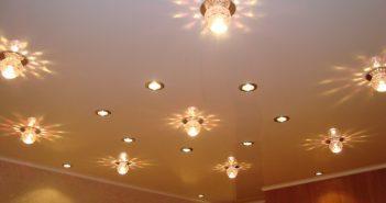 Расположение светильников на натяжном потолке: в зале, в спальне, на кухне и т.д.