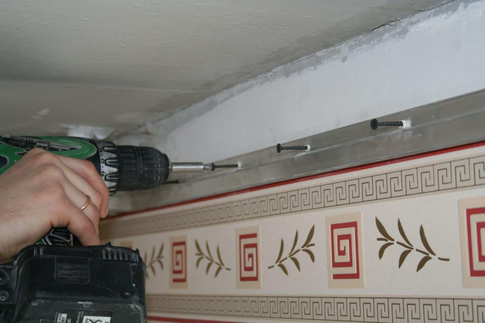 Настенный профиль | На сколько опускается натяжной потолок, как уменьшить его высоту